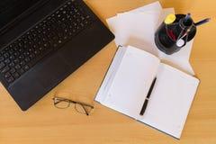 Biurowego mieszkania miejsca pracy nieatutowy biznesmen Fotografia Stock