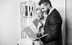 Biurowego partnera biznesowego przedstawienia dane ewidencyjne statystyki online Szef, sekretarka i pomocnicza praca jak drużyna  obraz royalty free