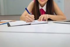 Biurowego personelu writing notatki w biurze zdjęcia stock