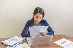 Biurowego pracownika czytanie i sprawdzać raporty Zdjęcie Royalty Free