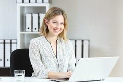Biurowego pracownika działanie i patrzeć kamerę obraz stock