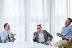 Biurowej komunikaci biznesowych mężczyzna roześmiany lunch obraz stock