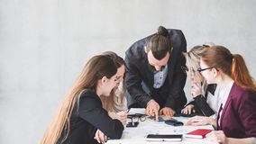 Biurowej odprawy zarządzania żeński biznes dyskutuje zdjęcie royalty free