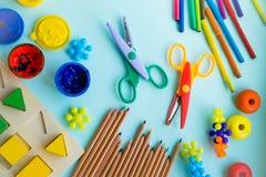 Biurowi i studenccy akcesoria na menchii tylna koncepcji do szkoły Szkoła, edukacja i uczenie pojęcie, twórczość dla Zdjęcia Stock