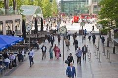 Biurowi ludzie rusza się szybko dostawać pracować przy wczesnym porankiem w Canary Wharf aria Zdjęcie Royalty Free