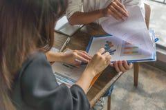 Biurowi pracownicy pracuje i dyskutuje o pieniężnym raporcie fotografia royalty free
