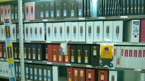 Biurowi segregatory sprzedaje przy sklepem Fotografia Royalty Free
