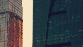 Biurowi szklani budynki przy zmierzchem zbiory