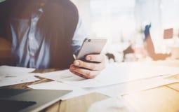 Biurowy świat, praca proces Biznesmen pracuje przy drewnianym stołem z nowym biznesowym projektem Mężczyzna macania ekran nowożyt Obraz Stock