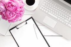 Biurowy biurko z filiżanką kawy fotografia stock