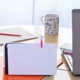 Biurowy biurko z kawowym kubkiem Obraz Stock
