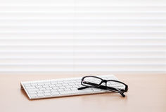 Biurowy biurko z komputerów osobistych szkłami i klawiaturą Fotografia Stock