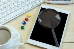 Biurowy biurko z kopii przestrzenią Cyfrowych przyrząda bezprzewodowa klawiatura i mysz na biuro stole z notepad i filiżanka kawy zdjęcia royalty free