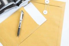 Biurowy biurko z kopii przestrzenią Cyfrowych przyrząda bezprzewodowa klawiatura i mysz na biuro stole z notepad i filiżanka kawy fotografia royalty free