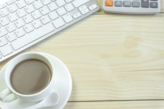 Biurowy biurko z kopii przestrzenią Cyfrowych przyrząda bezprzewodowa klawiatura i mysz na biuro stole z nutowym ochraniaczem, ty obrazy royalty free
