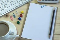 Biurowy biurko z kopii przestrzenią Cyfrowych przyrząda bezprzewodowa klawiatura i mysz na biuro stole z nutowym ochraniaczem, ty zdjęcia stock