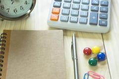 Biurowy biurko z kopii przestrzenią Cyfrowych przyrząda bezprzewodowa klawiatura i mysz na biuro stole z nutowym ochraniaczem, ty obrazy stock