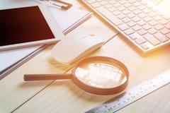 Biurowy biurko z kopii przestrzenią Cyfrowych przyrząda bezprzewodowa klawiatura i mysz na biuro stole z nutowym ochraniaczem, ty obraz royalty free
