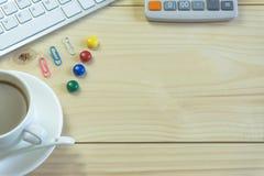 Biurowy biurko z kopii przestrzenią Cyfrowych przyrząda bezprzewodowa klawiatura i mysz na biuro stole z nutowym ochraniaczem, ty obraz stock