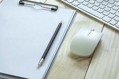 Biurowy biurko z kopii przestrzenią Cyfrowych przyrząda bezprzewodowa klawiatura i mysz na biuro stole z nutowym ochraniaczem, ty fotografia royalty free