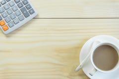 Biurowy biurko z kopii przestrzenią Cyfrowych przyrząda bezprzewodowa klawiatura i mysz na biuro stole z nutowym ochraniaczem, ty zdjęcia royalty free