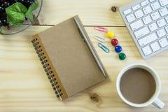 Biurowy biurko z kopii przestrzenią Cyfrowych przyrząda bezprzewodowa klawiatura i mysz na biuro stole z nutowym ochraniaczem, ty zdjęcie stock