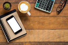 Biurowy biurko z pustego ekranu smartphone Fotografia Stock