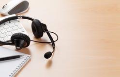 Biurowy biurko z słuchawki 3d tła centrum telefonicznego wizerunki odizolowywali biel Obrazy Stock