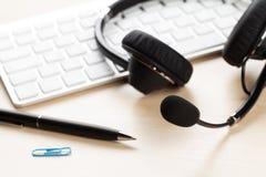 Biurowy biurko z słuchawki i klawiaturą Zdjęcia Stock