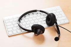 Biurowy biurko z słuchawki i klawiaturą Zdjęcia Royalty Free