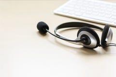 Biurowy biurko z słuchawki i klawiaturowym brown tła mockup Obraz Stock