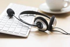 Biurowy biurko z słuchawki i klawiaturowym brown tłem Zdjęcia Stock