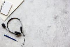 Biurowy biurko z słuchawki i klawiatury tła odgórnego widoku kamiennym mockup Zdjęcie Royalty Free