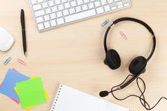 Biurowy biurko z słuchawki i komputerem osobistym Zdjęcia Royalty Free
