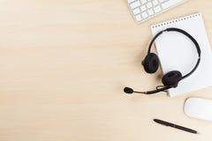 Biurowy biurko z słuchawki i komputerem osobistym Obrazy Stock