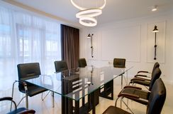 Biurowy biuro dla negocjacj i spotkań w stylu zaawansowany technicznie obrazy stock