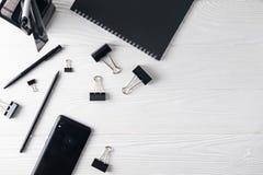 Biurowy biznesowy czarny materiały wliczając notatnika, pióro, telefon obrazy royalty free