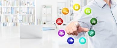 Biurowy biznesowy pracy pojęcie, ręka dotyka ekran barwi ikony, my Zdjęcie Stock