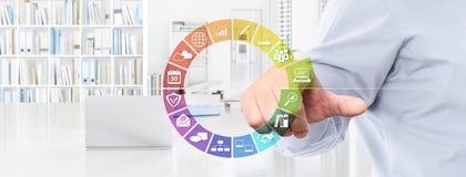 Biurowy biznesowy pracy pojęcie, ręka dotyka ekran barwi ikony, my Fotografia Stock