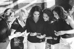 Biurowy biznesowych kobiet telefonu czasu wolnego pojęcie zdjęcie stock