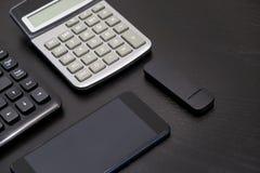 Biurowy czarny biurko stół z komputerem, kalkulator, smartphone, szkła, niecka, dostawy Odgórny widok z kopii przestrzenią Fotografia Royalty Free