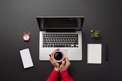 Biurowy desktop z kopii przestrzenią działanie laptopa kobiety zdjęcia royalty free