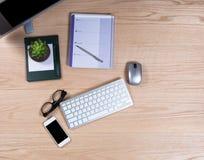 Biurowy desktop z prostymi prac rzeczami w zasięrzutnym widoku na czerwieni oa zdjęcia royalty free
