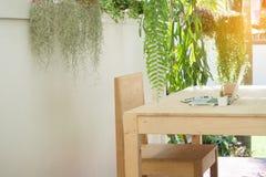Biurowy drewno stół i krzesło w ogródzie, naturalny miejsce pracy przy Zdjęcie Royalty Free