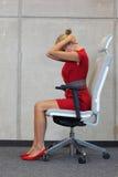 Biurowy joga, relaksuje na krześle - biznesowej kobiety ćwiczyć Zdjęcia Royalty Free