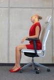 Biurowy joga, relaksuje na krześle - biznesowej kobiety ćwiczyć Zdjęcie Stock