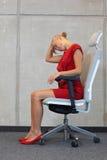 Biurowy joga, relaksuje na krześle - biznesowej kobiety ćwiczyć Obraz Royalty Free