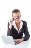 Biurowy kierownik pisać na maszynie na laptopie odizolowywającym dalej Zdjęcia Stock