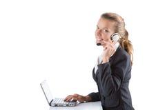 Biurowy kierownik pisać na maszynie na laptopie odizolowywającym na bielu Obrazy Stock