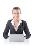 Biurowy kierownik pisać na maszynie na laptopie odizolowywającym na bielu Fotografia Royalty Free